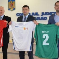 Asociația Județeană de Fotbal și CJA și-au dat mâna pentru înnoirea echipelor din județ cu un rând de echipament în prag de Sărbători