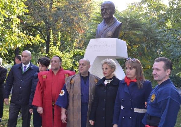 Bustul lui Mihai Botez tronează în Parcul Pădurice, iar sala de sport a UAV i-a luat numele parintelui artelor marțiale românești