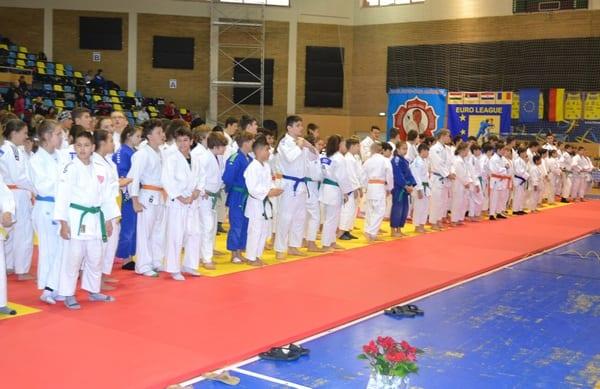 """Concluziile """"festinului"""" de judo de la Arad: CSȘ Gloria – câștigătoarea CEC-ului de 500 de euro, CSM-ul a avut 21 de medaliați la întrecerea ce i-a purtat numele"""