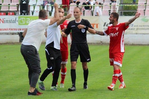 Omuț – asaltat de utiști pentru validarea golului de 2-2, dar suspiciunea apare – mai degrabă – la 0-1