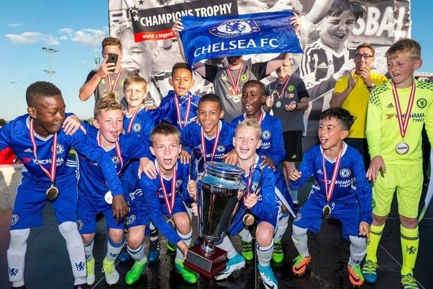 În aprilie, la Arad, o echipă de fotbal de 2008 și mai mică își ia biletele pentru finala de la Viena: Chelsea e campioana en-titre!