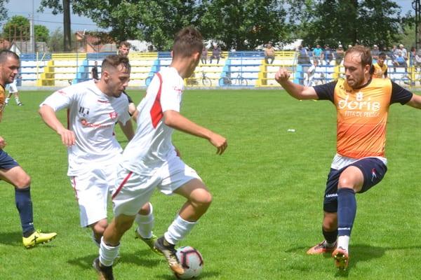 """Puștii """"roș-albi"""" au rezistat doar o oră în fața campionilor: Progresul Pecica – UTA II  3-0"""