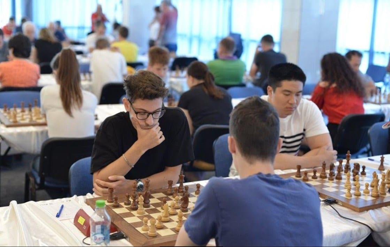 Festivalul Internaţional de Şah Arad adună competitori din trei țări, meciurile debutează joi seara și se pot vedea online