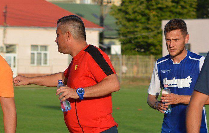 """Derby-ul Crișul – Cermei, în pericol de amânare! Antrenorul """"alb-albaștrilor"""", Haloș și Suslak – confirmați cu COVID, dar și alți fotbaliști au simptome!"""