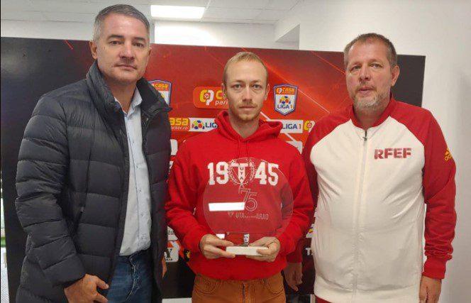 """Marele câștigător al concursului sportarad.ro și-a luat abonamentul de la tribuna I a arenei """"Francisc Neuman"""", alți 18 cititori sunt așteptați să-și revendice premiile"""
