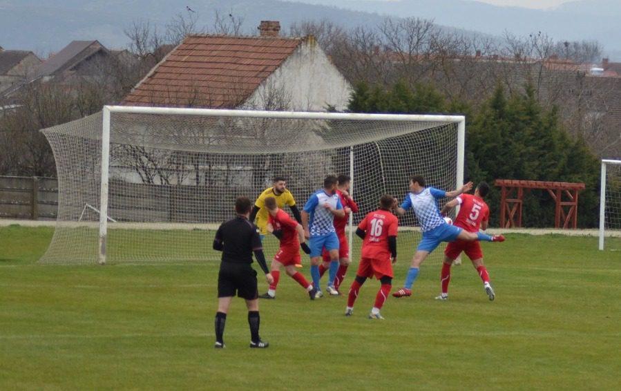 Execuția lui Huțanu a făcut diferența în derby, gazdele au avut absențe grele: Victoria Zăbrani – Frontiera Curtici 0-1