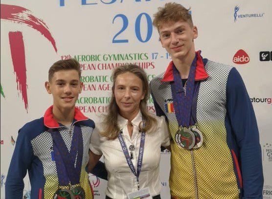 Arădenii Darius Branda și Vlăduț Popa sunt campioni europeni de juniori la aerobic dance! Sportivii de la CS Universitatea au mai adus alte 4 medalii pentru România !