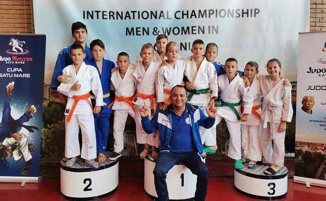 Judoka arădeni s-au întors cu medalii prețioase de la turneul internațional de la Satu Mare!