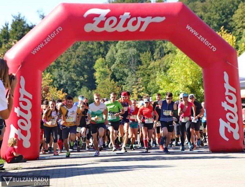 Aproximativ 170 de alergători au luat startul la Crosul Cetăţii, de la Moneasa