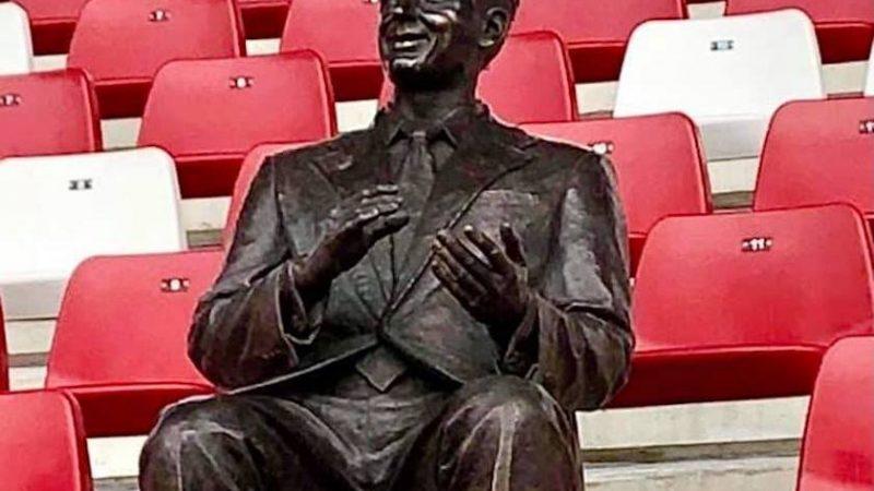 UTA va juca sub privirile creatorului ei: Statuia de bronz a baronului Francisc Neuman a luat loc la tribuna a II-a arenei din Arad!